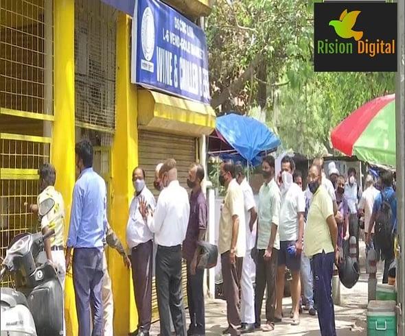 लॉकडाउन का एलान होते ही दिल्ली में शराब की दुकानों के आगे लगी भारी भीड़